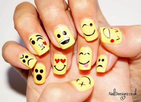 ... dengan gambar-gambar lucu seperti emoticon yang ada di smartphone