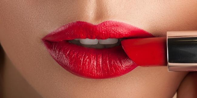 make-up-hack-tutorial-pakai-lipstik-agar-tahan-lama-dengan-bedak-foto
