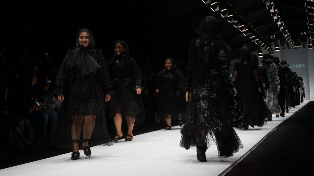 Barli Asmara menghadirkan rancangan big size pada Jakarta Fashion Week