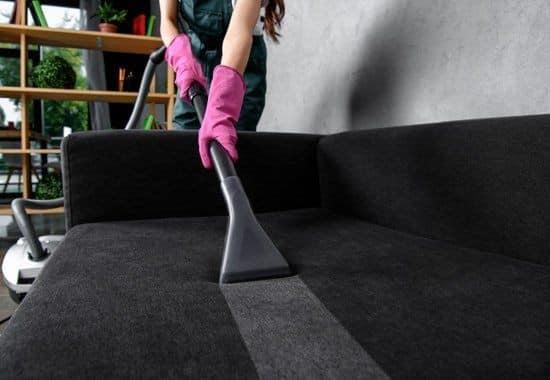 membersihkan rumah setelah banjir