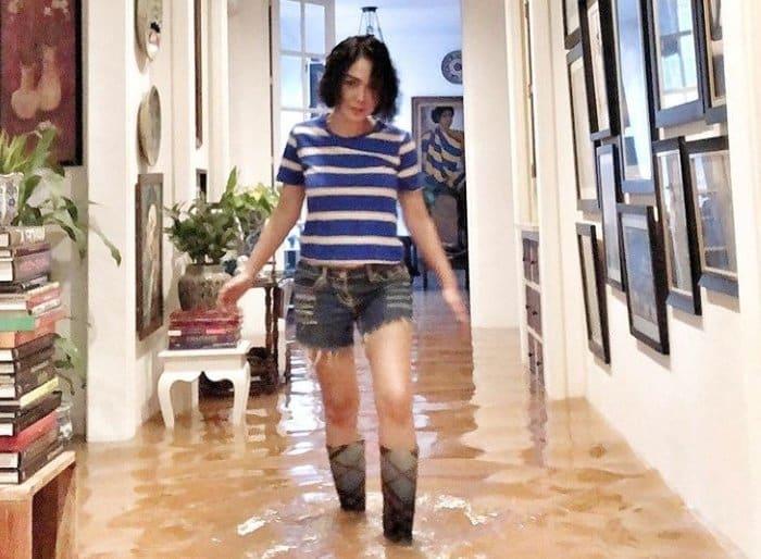 membersihkan rumah setelahbanjir